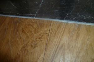 卷材地板与石材之间有标高差